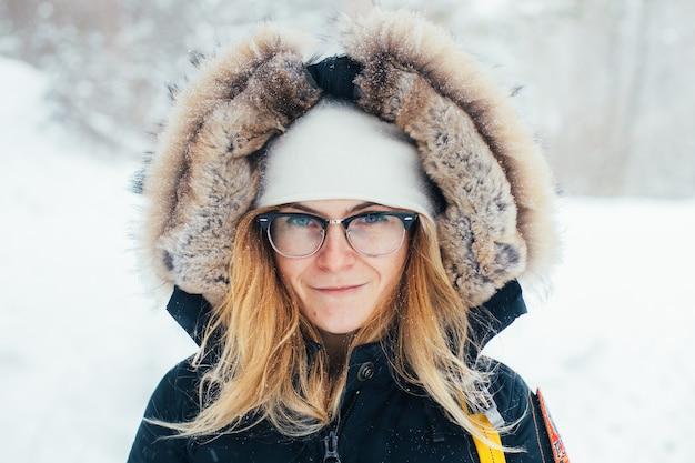 Retrato de mujer joven en abrigo de invierno profundo frío