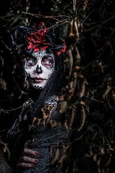 Retrato de una mujer joven al estilo de la fiesta mexicana del día de los muertos