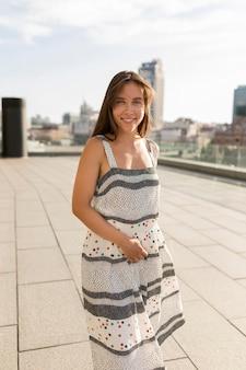 Retrato de mujer joven alegre al aire libre