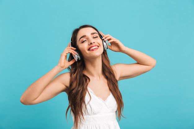 Retrato de una mujer joven alegre escuchando música