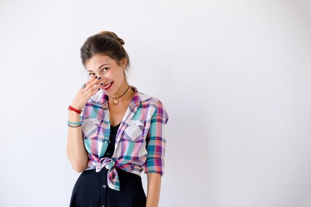Retrato de una mujer joven amplia sonriente