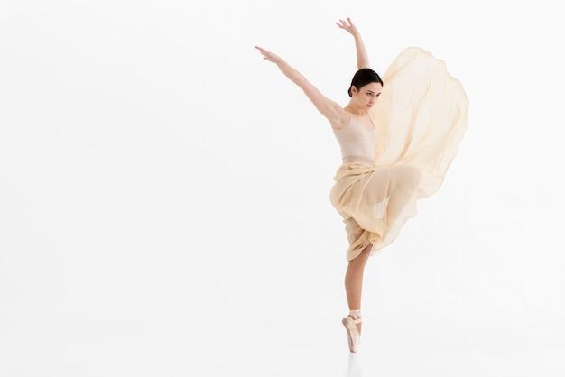 Retrato de mujer joven bailando ballet