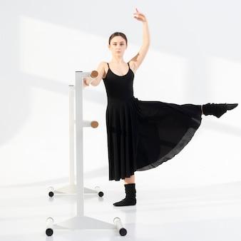 Retrato de mujer joven bailando con gracia