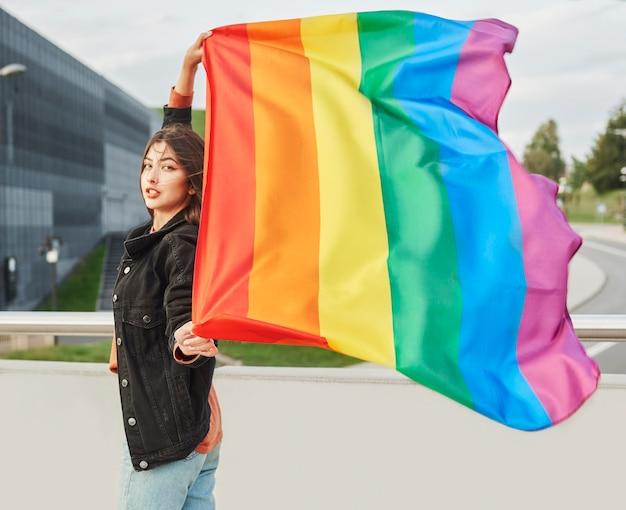 Retrato, de, mujer joven, con, bandera del arco iris