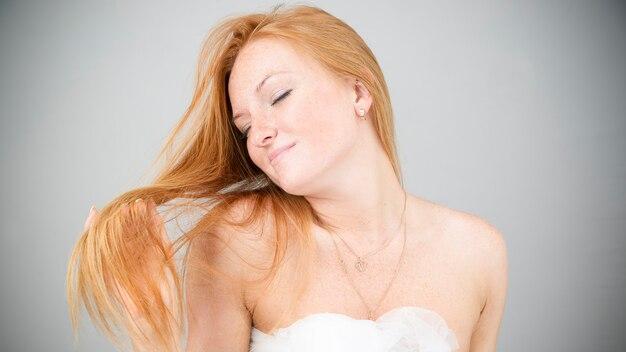 Retrato de una mujer joven y bella. cuidado del cabello. cuidando la piel
