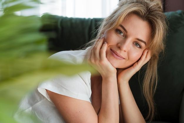 Retrato de una mujer joven y bella