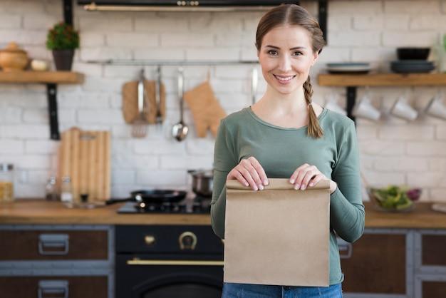Retrato de mujer joven con bolsa de papel