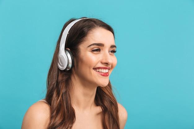 Retrato de una mujer joven y bonita escuchando música