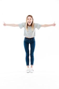 Retrato de una mujer joven y bonita feliz gritando