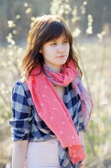 Retrato de mujer joven en el bosque de la primavera