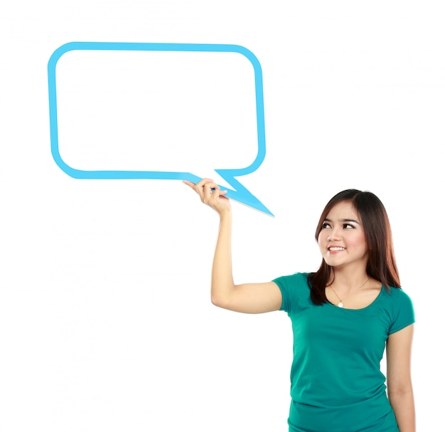 Retrato de mujer joven con burbuja de texto en blanco en especificaciones