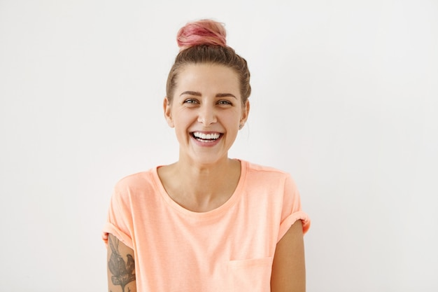 Retrato de mujer joven con cabello rosado