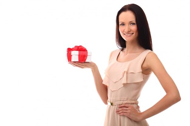 Retrato de mujer joven con caja de regalo
