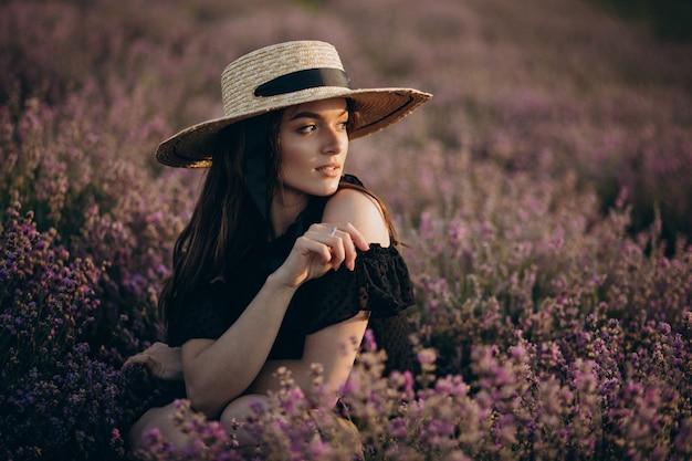 Retrato de mujer joven en un campo de lavanda