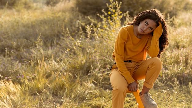 Retrato de mujer joven en el campo