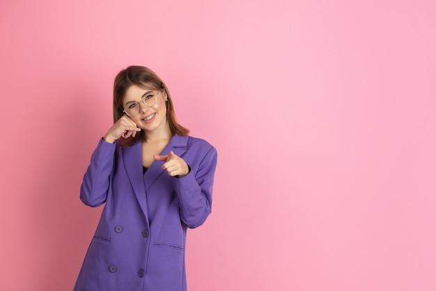 Retrato de mujer joven caucásica en rosa, emocional y expresivo