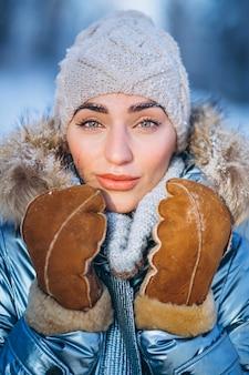 Retrato de mujer joven en chaqueta de invierno