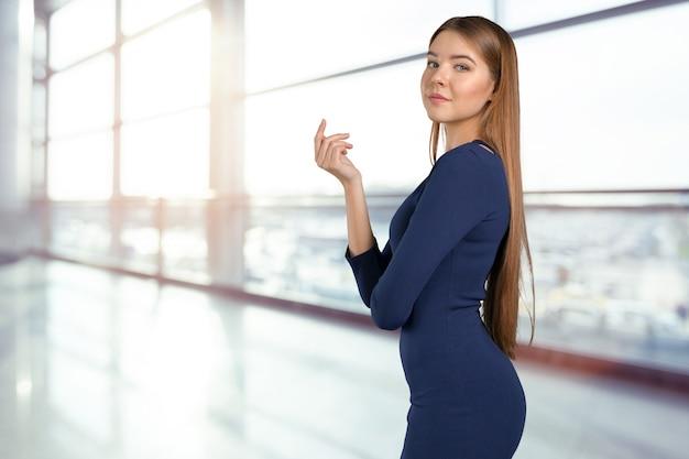 Retrato de mujer joven confía en pie