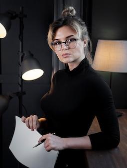 Retrato de mujer joven confiada con anteojos
