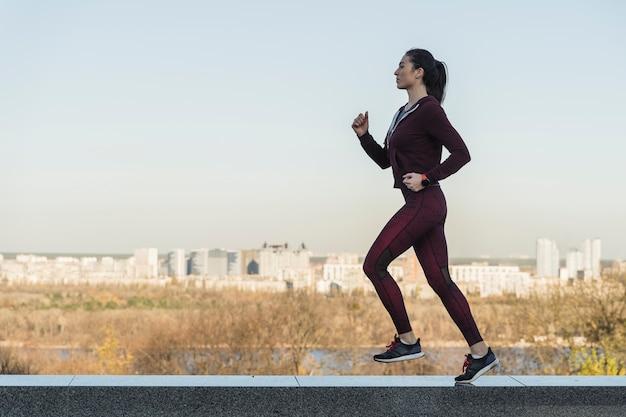 Retrato de mujer joven corriendo