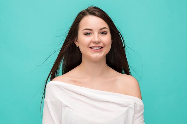 Retrato de mujer joven con emociones felices