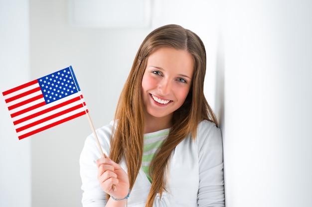 Retrato de una mujer joven encantadora con la sonrisa de la bandera de estados unidos