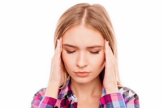 Retrato de mujer joven enferma con fuerte dolor de cabeza