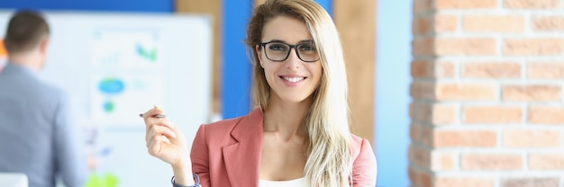 Retrato, de, mujer joven, entrenador de negocios, en, oficina