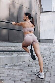 Retrato de mujer joven entrenando en el parque al aire libre