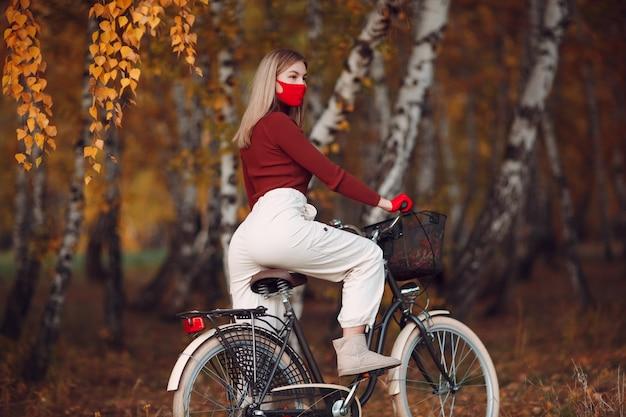 Retrato, mujer joven, equitación, bicicleta