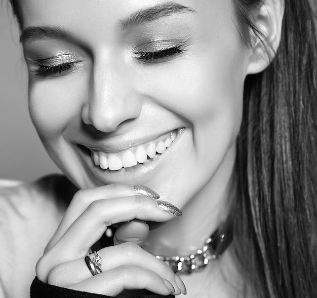 Retrato de mujer joven con estilo hermosa