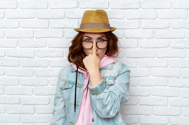 Retrato de mujer joven con estilo hipster