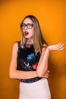 Retrato de mujer joven con expresión facial sorprendida