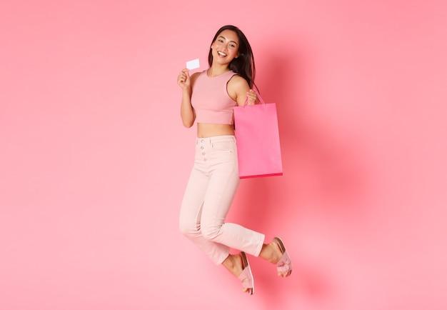 Retrato de mujer joven expresiva con bolsas de la compra.