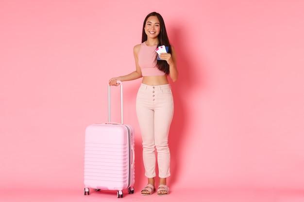 Retrato de mujer joven expresiva con maleta