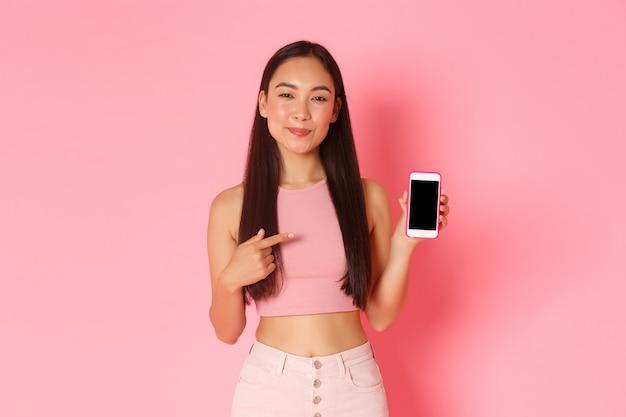 Retrato de mujer joven expresiva con móvil