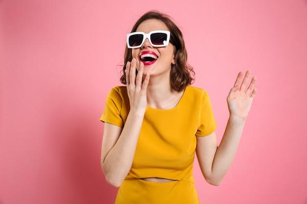 Retrato de una mujer joven feliz en gafas de sol