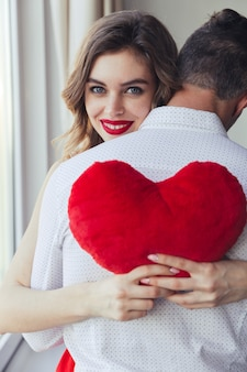 Retrato de una mujer joven feliz con su novio