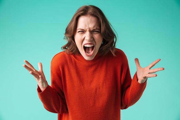 Retrato de una mujer joven furiosa vestida con suéter