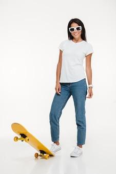 Retrato de una mujer joven en gafas de sol posando