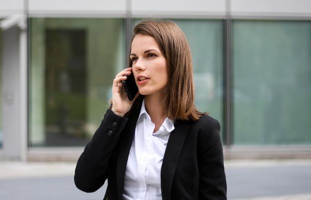 Retrato de una mujer joven hablando por teléfono