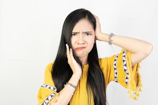 Retrato de mujer joven haciendo cara infeliz