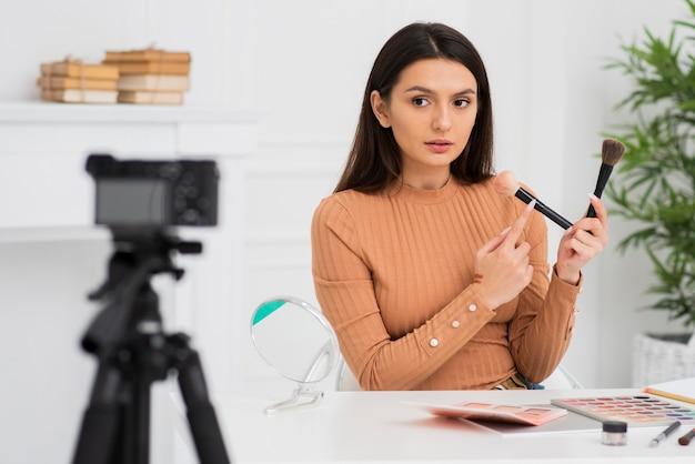 Retrato de mujer joven haciendo su maquillaje