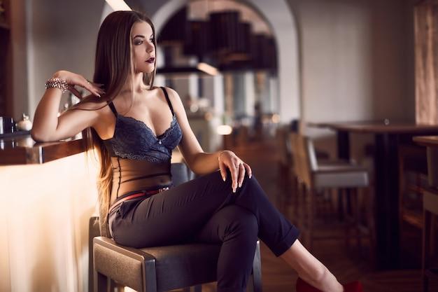 Retrato de mujer joven hermosa belleza en interior