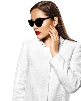 Retrato de mujer joven hermosa elegante con gafas de sol