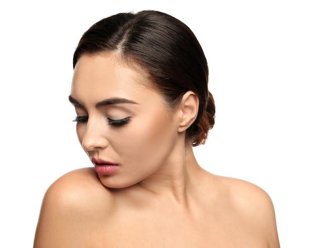 Retrato de mujer joven hermosa con extensiones de pestañas en blanco