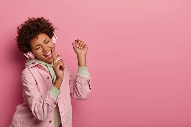 Retrato de mujer joven y hermosa gesticulando Foto gratis