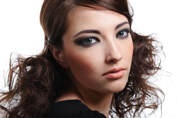 Retrato de mujer joven hermosa con peinado creativo