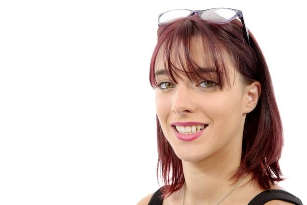 Retrato de mujer joven hermosa con pelos rojos