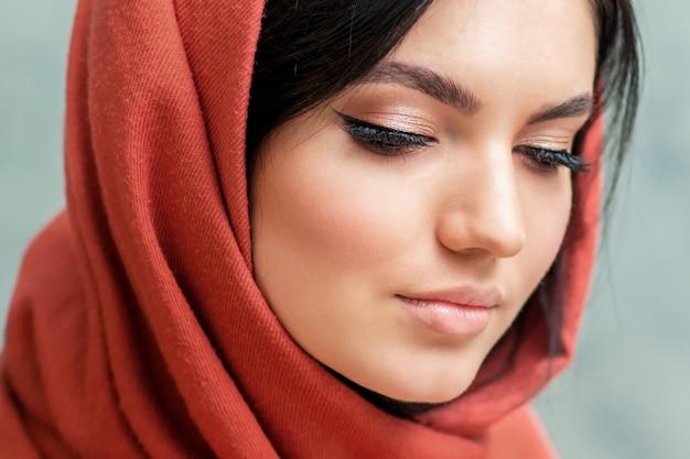 Retrato de mujer joven hermosa con pestañas largas y maquillaje perfecto, concepto de belleza